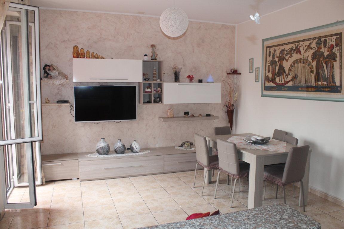 Cassano Magnano Via Oliva, appartamento di tre locali più servizi con balcone. Ultimo piano